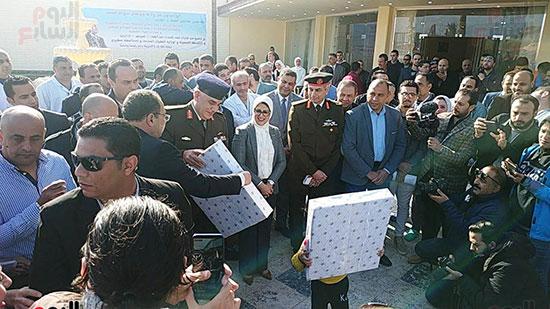 وزيرة الصحة توزع هدايا على أطفال المصريين العائدين من الصين (3)