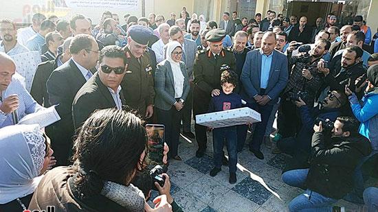وزيرة الصحة توزع هدايا على أطفال المصريين العائدين من الصين (5)