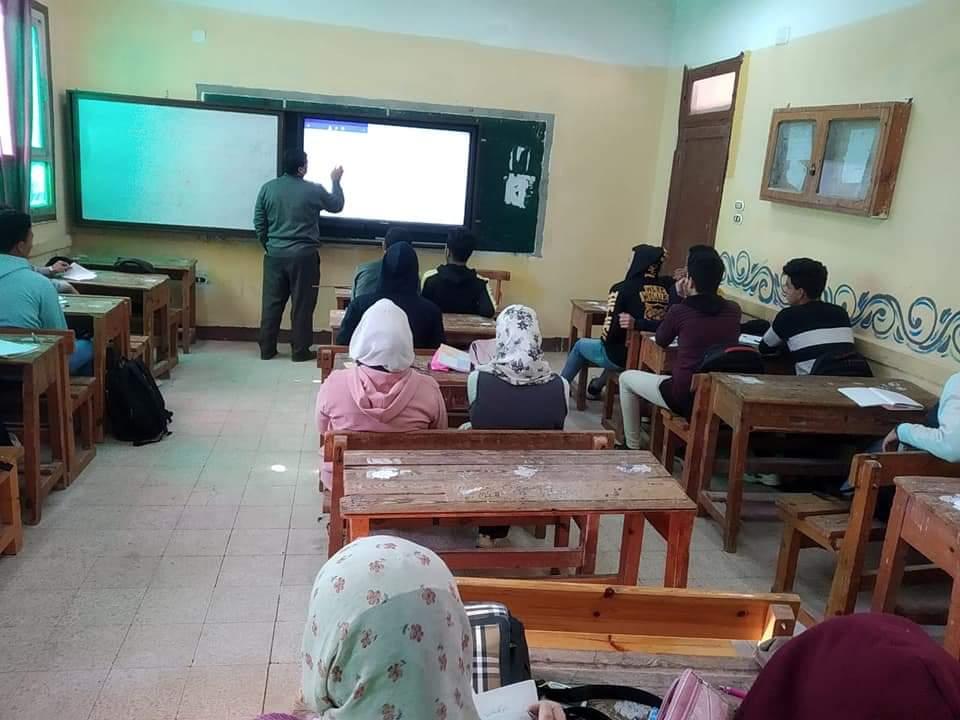 معلم يستخدم السبورات التفاعلية لشرح الرياضيات للطلاب فى الثانوية المعدلة (4)