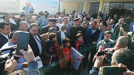 وزيرة الصحة أثناء توزيع هدايا على الأطفال