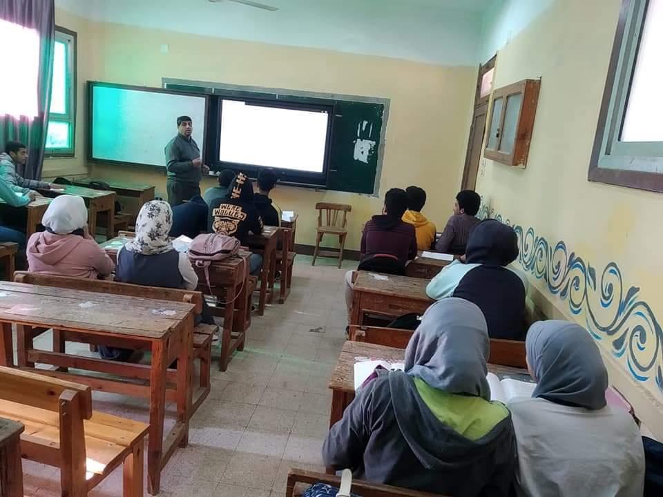 معلم يستخدم السبورات التفاعلية لشرح الرياضيات للطلاب فى الثانوية المعدلة (1)