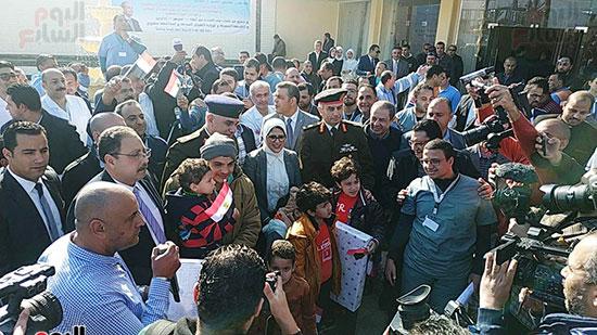وزيرة الصحة توزع الهدايا على الأطفال