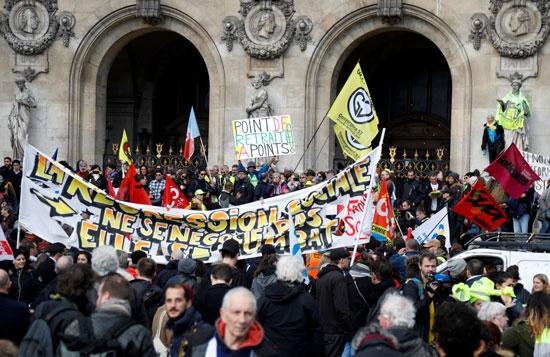 يحضر المتظاهرون مظاهرة أمام أوبرا غارنييه قبل النقاش الافتتاحي حول مشروع قانون إصلاح المعاشات التقاعدية