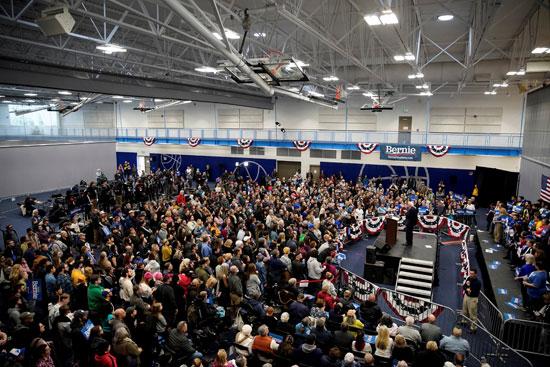 المئات داخل المؤتمر