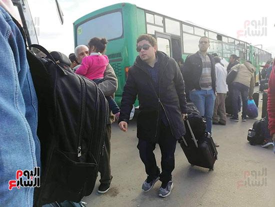 فرحة المصريين العائدون من الصين (13)