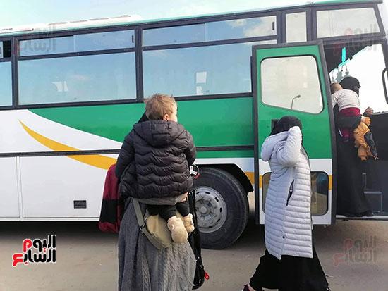 فرحة المصريين العائدون من الصين (12)
