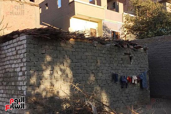 أسرة بسوهاج تطالب بإعادة بناء منزلهم (5)