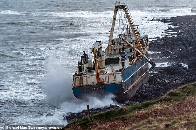 السفينة تقف على سواحل ايرلندا