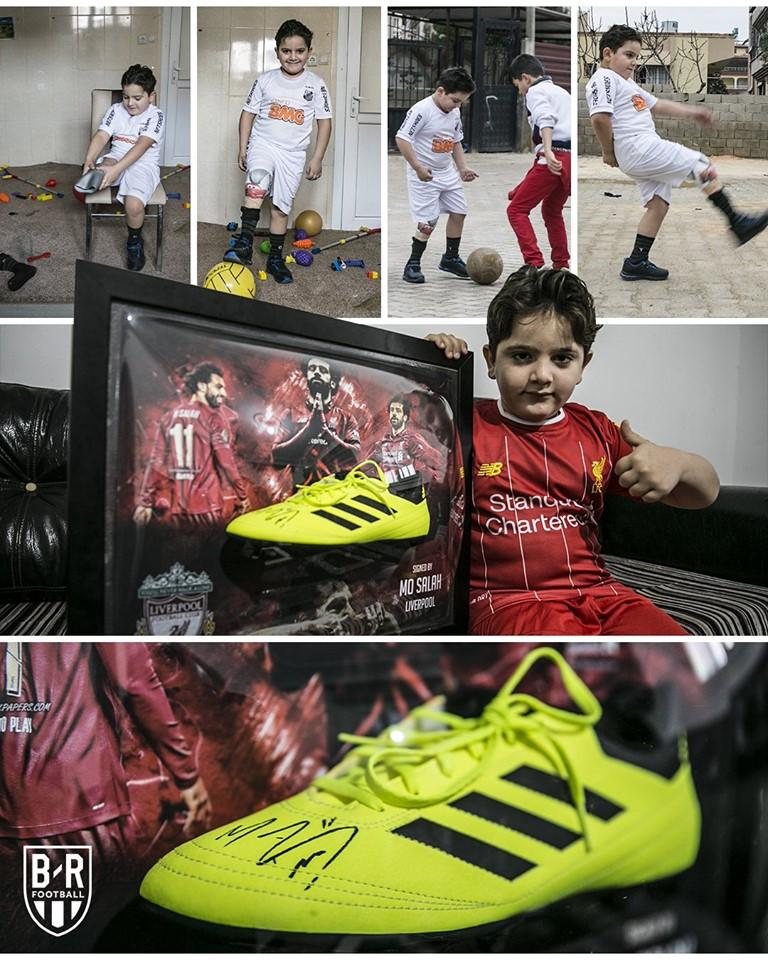 الطفل يحتفل بحذاء محمد صلاح