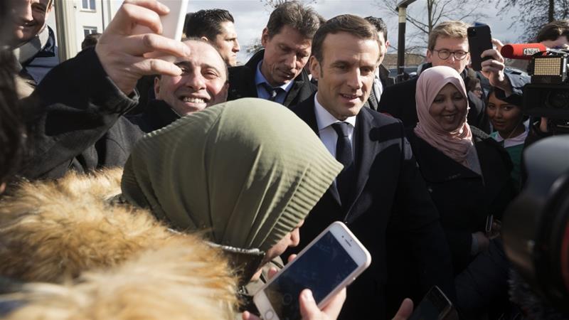ماكرون وسط عدد من المسلمين فى فرنسا
