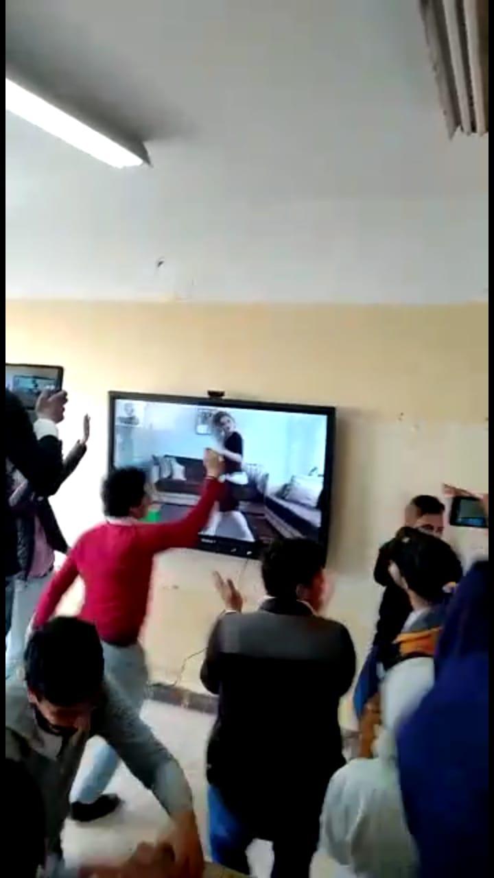الطلاب يشاهدون الفيديو (1)