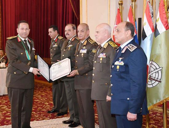 وزير الدفاع يكرم قادة القوات المسلحة المحالين للتقاعد (2)