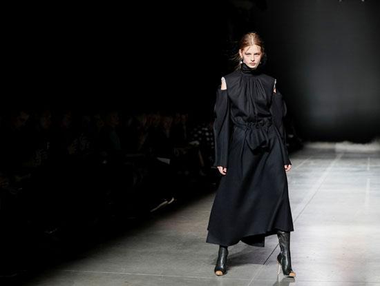 فستان أسود خلال عروض أسبوع الموضة