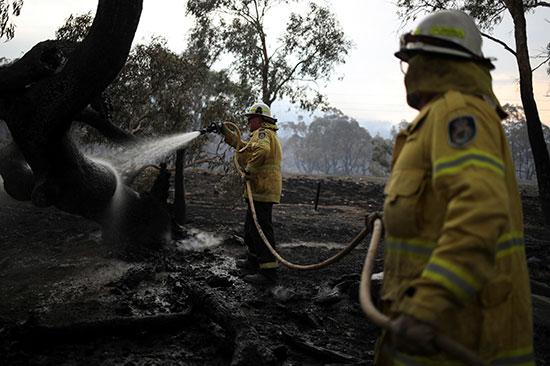 رجال الإطفاء يحاولون إخماد الحرائق