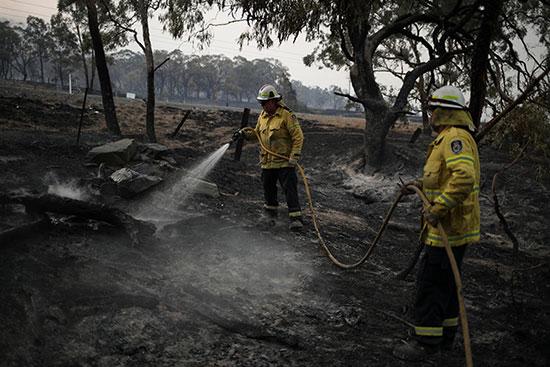 رجال الإطفاء يحاولون السيطرة على الحرائق