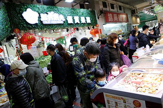 سكان هونج كونج بالأقنهة داخل الأسواق