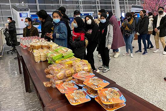 أندونيسيون فى مطار تيانخه فى ووهان