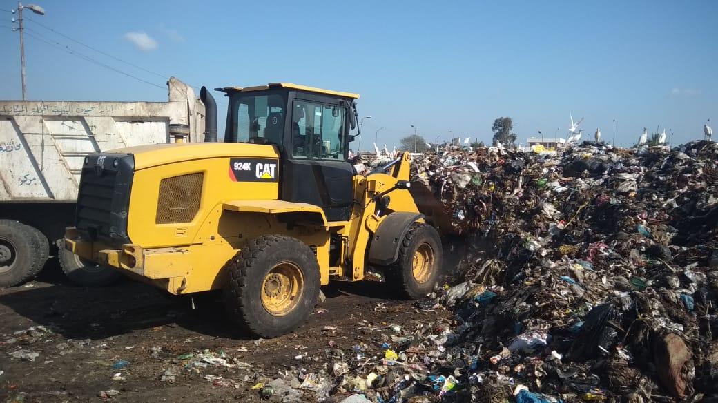 رفع أطنان القمامة بجوار مقلب ديرب نجم بالشرقية  (12)