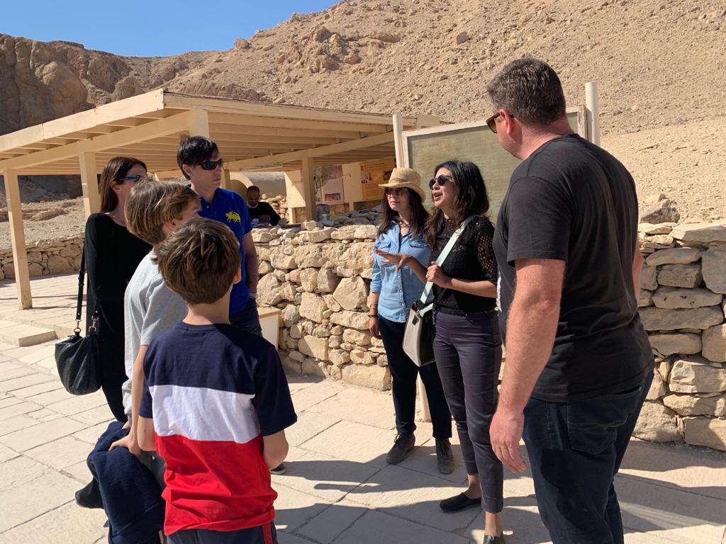 صور.. الأقصر تستقبل وفد سياحى لزيارة مقبرة نفرتارى (1)