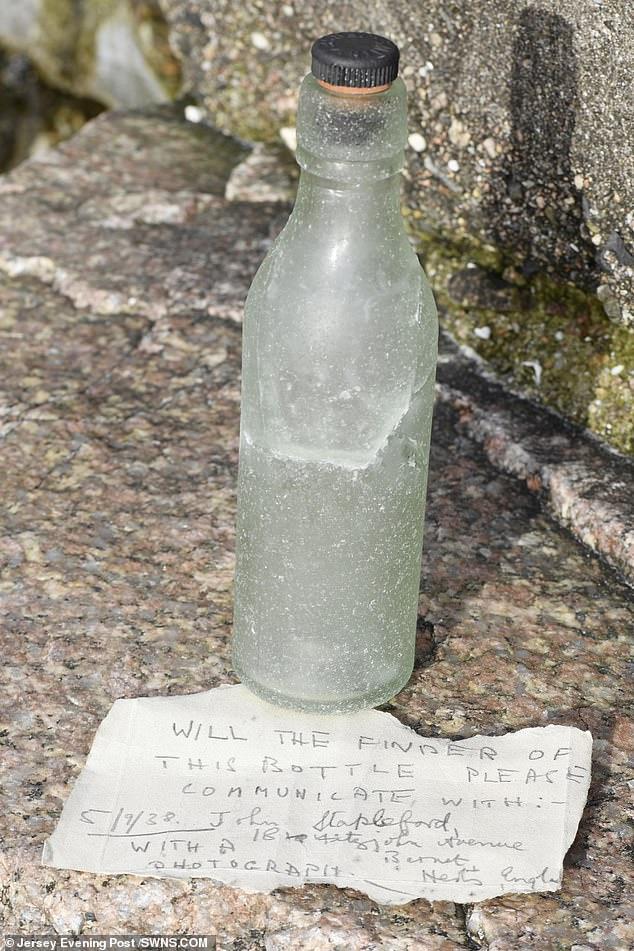 رسالة فى زجاجة من 82 عاما تطلب من يجدها أرسالها إلى عنوان بداخلها (1)