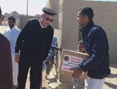 توزيع مساعدات على المواطنين