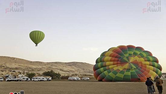 البالون الطائر فوق الجبل