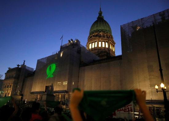 يتم عرض صورة الشريط الأخضر على جانب الكونجرس الأرجنتينى