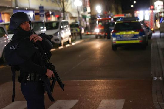 35920-أحد-أفراد-الأمن-الألمانى-يؤمن-المنطقة-بعد-اطلاق-النار