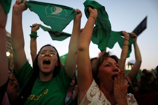 ناشطات تصرخ بشعارات تدافع عن حقوق الإجهاض