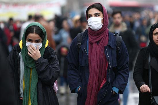 مواطنون يرتدون الكمامات