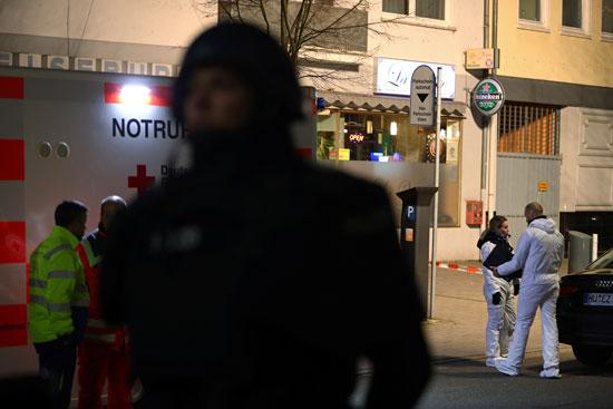 ضابط شرطة يؤمن منطقة بالقرب من خبراء الطب الشرعي