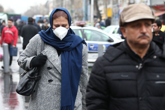 مواطنة إيرانية ترتدى الكمامة