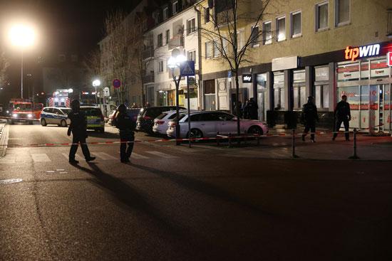 51658-ضباط-الشرطة-يؤمنون-المنطقة-بعد-إطلاق-النار-في-هاناو-بالقرب-من-فرانكفورت