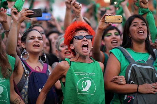 ناشطون يرددون شعارات خلال مسيرة لإضفاء الشرعية على الإجهاض خارج الكونجرس الأرجنتينى
