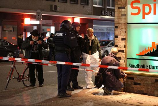 خبراء الطب الشرعي يعملون في المنطقة بعد إطلاق النار في هاناو بالقرب من فرانكفورت