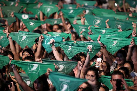 يحمل الناشطون مناديل خضراء ، ترمز إلى حركة حقوق الإجهاض