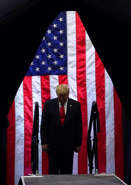 الرئيس الأمريكي دونالد ترامب يسير في مسيرة انتخابية في مدينة فينيكس بولاية أريزونا
