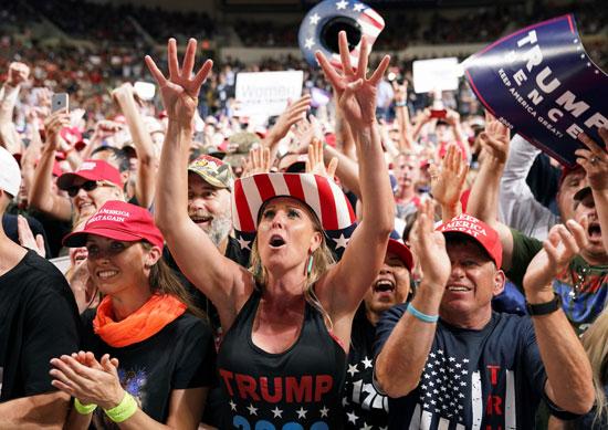 يهتف أنصار الرئيس الأمريكي دونالد ترامب في حملة انتخابية في فينيكس ، أريزونا