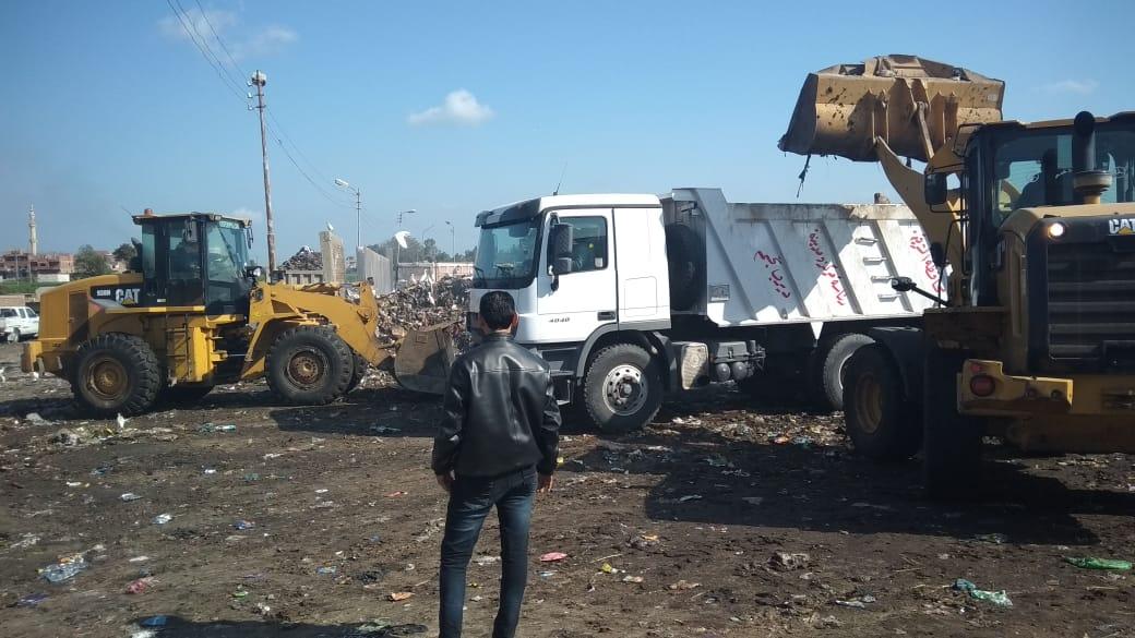 رفع أطنان القمامة بجوار مقلب ديرب نجم بالشرقية  (17)