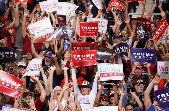 هتافات أنصار الرئيس الأمريكي دونالد ترامب في مسيرة انتخابية في فينيكس