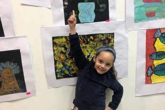 طفلة-تعرض-أعمالها-الفنية