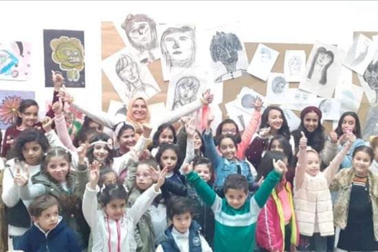 دينا-السيد-تتوسط-الأطفال-المشاركين-في-المعرض