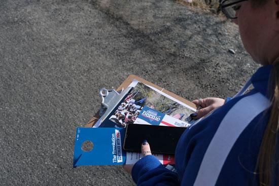 كتيبات تحمل برنامج بيرنى ساندرز