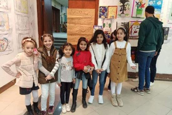 الأطفال-داخل-المعرض