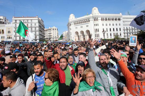 مئات المتظاهرين بالجزائر
