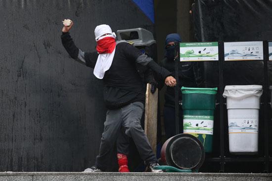 اشتباكات بين احد لمتظاهرين والامن