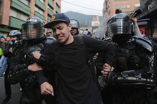 احد المتظاهرين فى قبضة الامن