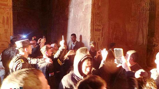 التقاط الصور اثناء تعامد الشمس على المعبد
