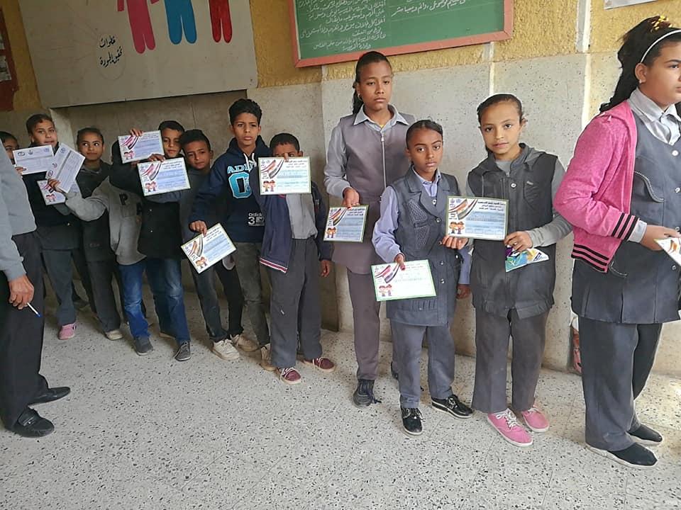 تعليم الأقصر تستكمل مسيرة فحص طلبة المدارس بأرمنت ووسط المدينة (4)