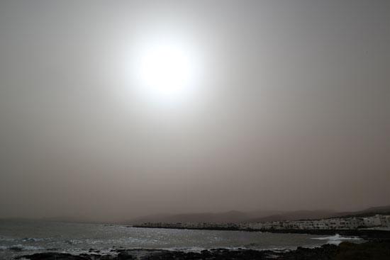 العاصفة تغطى ضوء الشمس